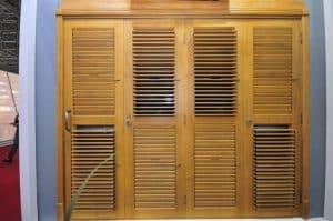 Porta com Venezianas Articuladas - Madeira - Shutters - Venezianas Móveis