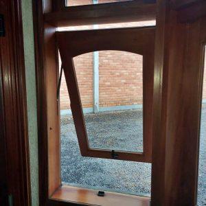 Janela basculante de madeira - Fábrica